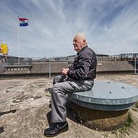 Nederland, Pampus, 23 mei 2017.<br /> In 1933 nam Harm Alberts als driejarig kind met zijn ouders afscheid van het forteiland Pampus. Eergisteren was hij weer even terug.<br /> Op de foto: Harm met rollator beklimt het fort om vanuit het hoogste punt over het eiland uit te kunnen kijken.<br /> Eenmaal boven op het fort aangekomen rust Harm even uit onder het genot van een glaasje limonade.<br /> <br /> <br /> <br /> Foto: Jean-Pierre Jans