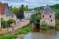 France, Indre (36), Argenton-sur-Creuse, maisons en bord de Creuse, ancien moulin, moullin de Bord // France, Indre (36), Argenton-sur-Creuse, old mill on the river bank Creuse