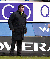 Photo: Chris Ratcliffe.<br />Luton Town v Watford. Coca Cola Championship.<br />02/01/2006.<br />Mike Newell, the Luton manager encourages his team on.