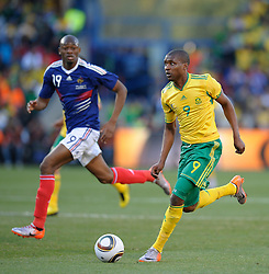 Katlego Mphela of South Africa in action as Abou Diaby of France looks on, France v South Africa, FIFA World Cup 2010 Group A, Free State Stadium, Bloemfontein, South Africa, Date 22062010 Picture by Marc Atkins Mobile +27 8200 97621 (IPS PHOTO AGENCY) - 21 Delisle road - London SE28 0JD- tel: 020 88 55 1 008 - fax: 020 88 55 1037 - ISDN: 020 88 55 1039. / SPORTIDA PHOTO AGENCY