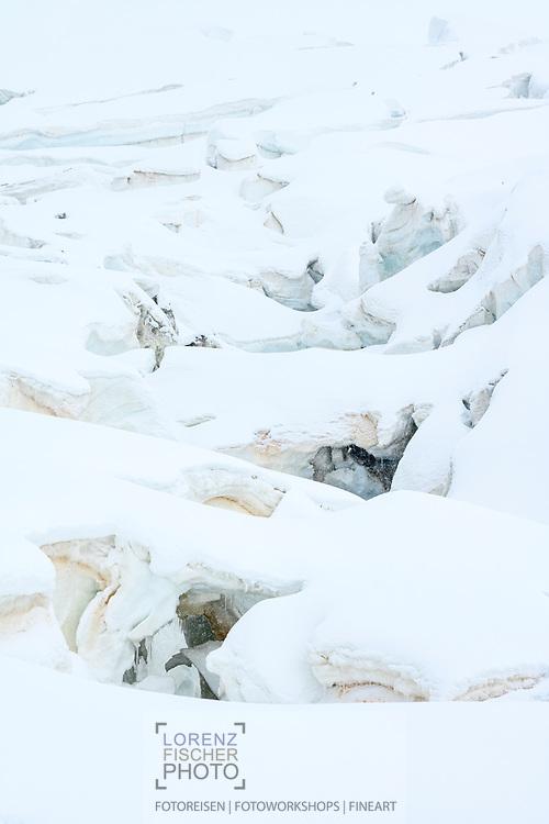 Eisabbrüche und Gletscherspalten beim Grenzgletscher; Zermatt, Wallis, Schweiz / <br /> <br />  Séracs and crevasses at the Grenzgletscher; Zermatt, Valais, Switzerland