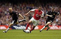 Fotball<br /> England 2004/2005<br /> Foto: SBI/Digitalsport<br /> NORWAY ONLY<br /> <br /> Date: 21/05/2005<br /> <br /> Arsenal v Manchester United FA Cup Final<br /> <br /> Gilberto of Arsenal avoids Roy Keane and Paul Scholes of United.