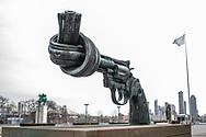 NEW YORK  2020V10<br /> Non Violence monumentet utanför FN-huset på Manhattan.<br /> <br /> Foto: Per Danielsson/Projekt.P