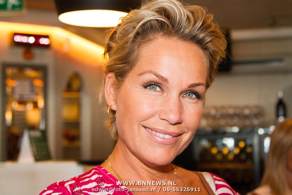 NLD/Volendam/20160831 -  Jan Smit en Kim-Lian van der Meij onthullen cover 100 % NL Magazine, Tanja Jess