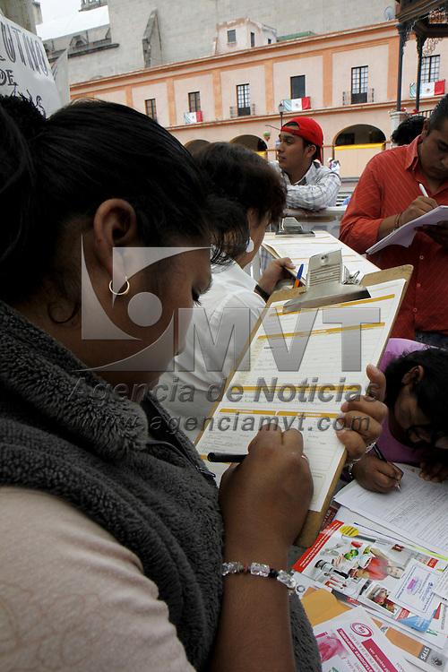 TOLUCA, México.- Mujeres de todas las edades acudieron a la Plaza González Arratia en donde se instalo la Feria del Empleo para Mujeres, para buscar una oportunidad de trabajo, alrededor de mil 150 empleos en diversas áreas se ofertaron en este lugar. Agencia MVT / Crisanta Espinosa. (DIGITAL)