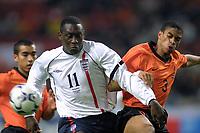 Fotball: Nederland mot England. 13.02.2002. Emile Heskey fra England og Liverpool i duell med Michael Reiziger fra Nederland.<br />Foto: Stanley Gontha, Digitalsport