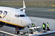 Duitsland, germany,deutschland, Weeze, 14-11-2018 Vlak over de grens van nederland ligt het regionaal vliegveld Niederrhein, Weeze, wat in tien jaar uitgegroeid is tot een belangrijke regionale luchthaven en als thuisbasis fungeert voor prijsvechter, chartermaatschappij Ryanair. In de regio bevindt zich ook vliegveld Dusseldorf. Een crew, bemanning gaat aan boord voor een vlucht naar Turijn . Naast passagiersvervoer wordt er veel luchtvracht vervoerd. Veel nederlanders uit oost gelderland, en noord limburg vliegen vanaf hier. Foto: Flip Franssen