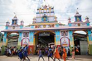 Thathvamasi Temple. Hinduiska pilgrimer, på väg till det heliga templet i Sabarimala, dansar på gatorna i den indiska staden Erumely i Kerala. För att helt uppgå i pilgrimsvandringen, ge upp sitt eget ego och för att hedra Lord Ayyappa, målar pilgrimerna sina kroppar och bär vapen i trä. Traditionen kallas pettatullal. Både hinduer och muslimer anser att Erumely är en helig stad.  <br /> <br /> Thathvamasi Temple. Sabarimala pilgrims are dancing on the streets of Erumely in the Kottayam district of Kerala, India. In order to give up their egos and to surrender to Lord Ayyappa, the Hindu pilgrims paint their bodies and carry weapons made of wood on the way to Sabarimala. Erumely is considered holy by both Hindus and Muslims.<br /> <br /> Copyright 2016 Christina Sjögren, All Rights Reserved