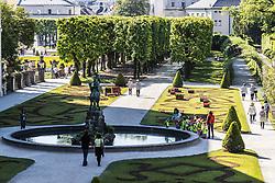 THEMENBILD - Besucher im Schlossgarten. Das Schloss Mirabell und seine Gärten zählen zu den Touristenzielen in der Stadt, aufgenommen am 09. Mai 2018 in Salzburg, Österreich // Visitors in the garden. The Mirabell palace with its gardens is a listed cultural heritage monument and part of the Historic Centre of the City, Salzburg, Austria on 2018/05/09. EXPA Pictures © 2018, PhotoCredit: EXPA/ JFK