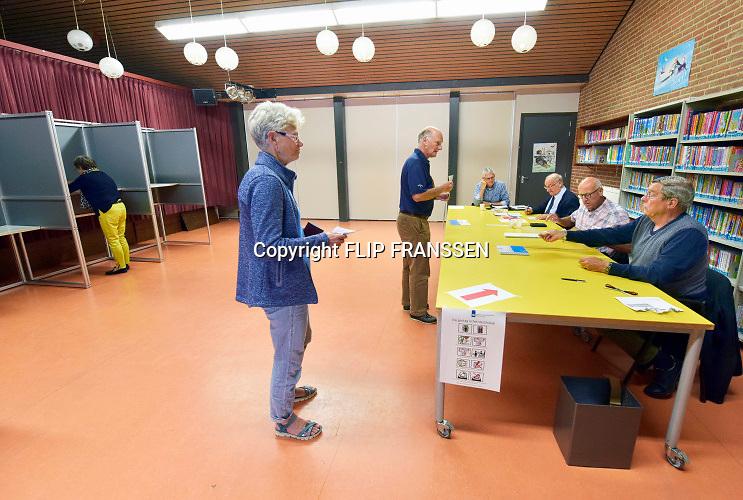 Nederland, Oss, 23-5-2019Kiezers, burgers, stemgerechtigden, brengen hun stem uit voor het europees parlement bij het stembureau in  basisschool de Korenaer .Foto: Flip Franssen