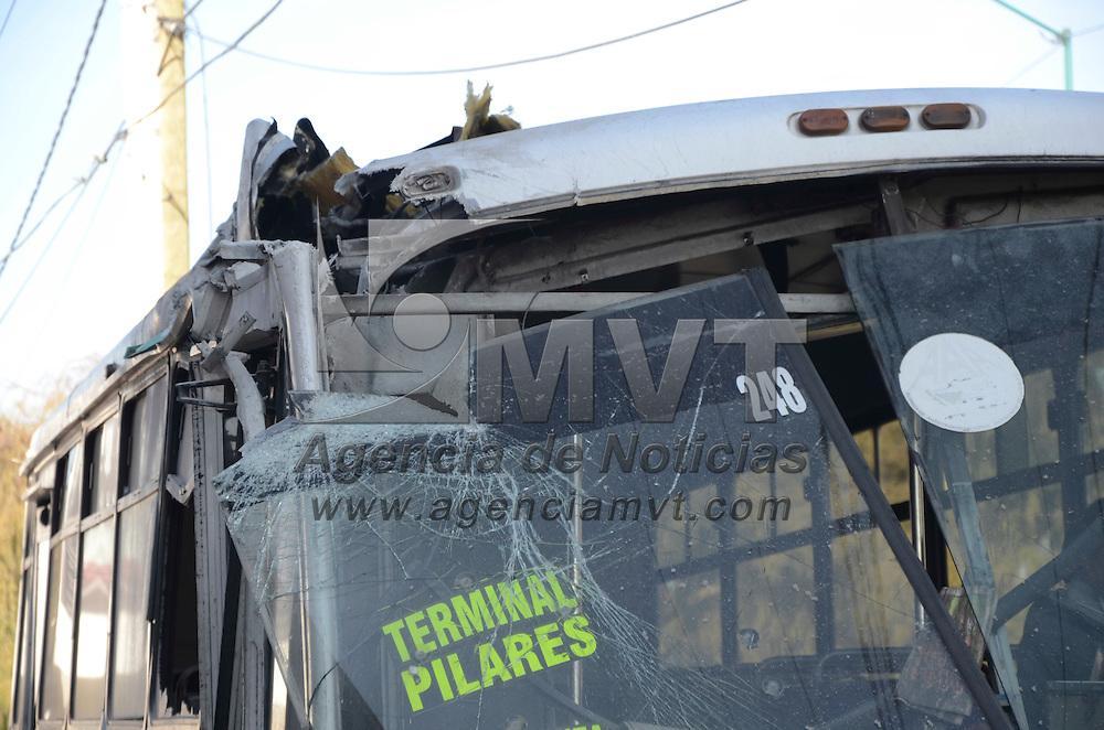 Toluca, México.- Un autobús de pasajeros perteneciente a la empresa Xinantécatl perdió el control, presumiblemente por exceso de velocidad, y terminó estrellado en contra del pilar de una lavandería. Esto, sobre la Calzada al Pacífico casi esquino con la calle Antonio Bernal. Agencia MVT / Arturo Hernández.