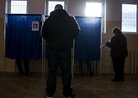 Nowy Dwor, woj podlaskie, 21.10.2018. O godzinie 12 najwyzsza frekwencja wyborcza byla w gminie Nowy Dwor i wynosila prawie 35% N/z w Obwodowej Komisji Wyborczej nr 2 do godz 12 glosowalo 38,11% uprawnionych i byl to najlepszy wynik w kraju fot Michal Kosc / AGENCJA WSCHOD