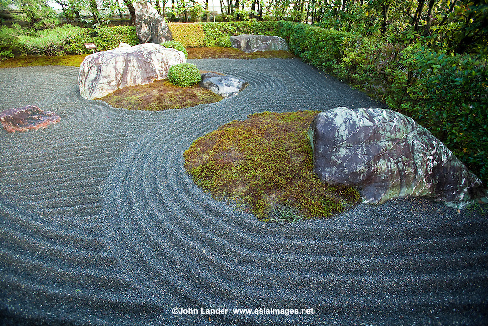 Yoko-en Zen Garden, Depecting Heaven and Hell - Yoko-en Garden at Taizo-in Temple displays both elegance and austerity - the basis for traditional garden landscapes, and can be called one of the Showa period's finest gardens. The landscape gardener Nakane Kinsaku designed this expansive garden.  While difficult to see at a glance, great pains have gone into the details. An example of this is the spacious impression one gets when the garden is viewed from the front.