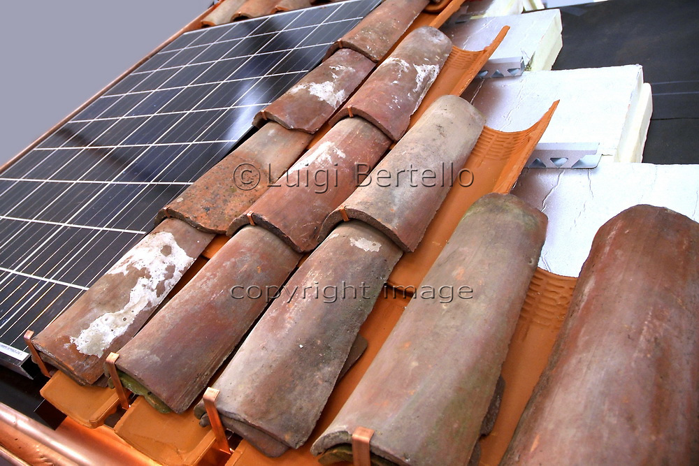 Roof structure for thermal insulation and solar panels