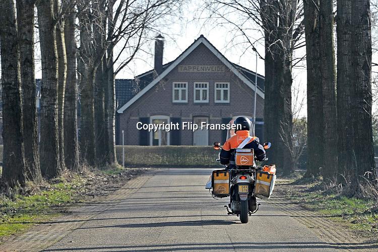 Nederland, Ulft, 14-2-2017Een postbode maakt zijn ronde door het buitengebied in de achterhoek .FOTO: FLIP FRANSSEN