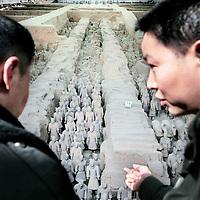 China, Xian,maart 2008..Chinese toeristen bekijken het terracottaleger in Xian