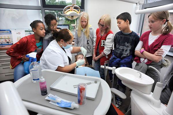 Nederland, Nijmegen, 6-6-2012Een schoolklas kinderen van de basisschool krijgt uitleg, voorlichting,informatie over tanden poetsen en de verzorging van het gebit. Ze zijn op bezoek bij een tandartsenpraktijk waar ook een mondhygieniste werkt.Foto: Flip Franssen/Hollandse Hoogte