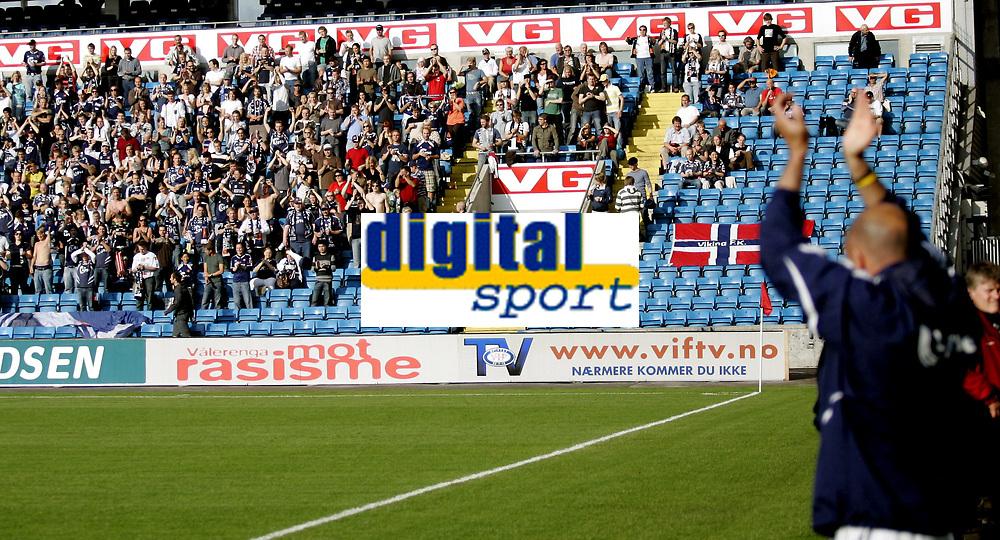Fotball<br /> Tippeligaen Eliteserien<br /> 30.06.07<br /> Ullevaal Stadion<br /> Vålerenga VIF - Viking<br /> Vikings trener Uwe Rösler får applaus av sine egne supportere Hordene og applauderer tilbake<br /> Foto - Kasper Wikestad