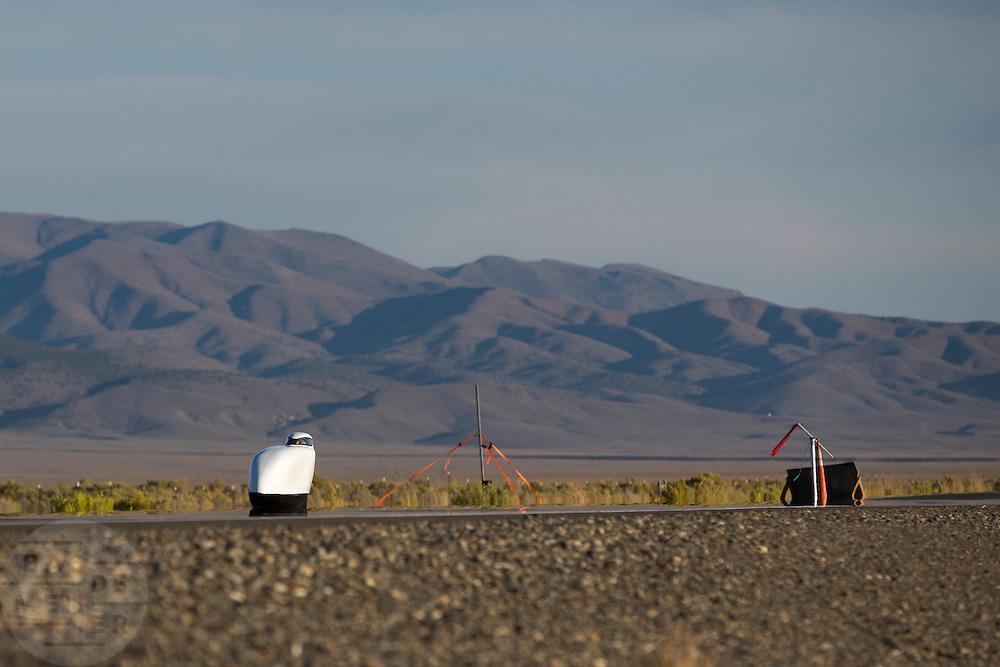 De Nitroclycerin onderweg op de eerste wedstrijdavond van de World Human Powered Speed Challenge. In de buurt van Battle Mountain, Nevada, strijden van 10 tot en met 15 september 2012 verschillende teams om het wereldrecord fietsen tijdens de World Human Powered Speed Challenge. Het huidige record is 133 km/h.<br /> <br /> The Nitroglycerin is on its way at the WHPSC. Near Battle Mountain, Nevada, several teams are trying to set a new world record cycling at the World Human Powered Vehicle Speed Challenge from Sept. 10th till Sept. 15th. The current record is 133 km/h.
