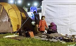 27.09.2015, Grenzübergang, Salzburg, AUT, Fluechtlingskrise in der EU, im Bild Flüchtlinge warten an der Grenze zu Deutschland und schlafen am Boden oder in Zelten, eine Mutter mit Kind // Refugees wait on the border to Germany and to sleep on the ground or in tents, a Mother with Cild. Thousands of refugees fleeing violence and persecution in their own countries continue to make their way toward the EU, border crossing, Salzburg, Austria on 27.09.2015. EXPA Pictures © 2015, PhotoCredit: EXPA/ JFK