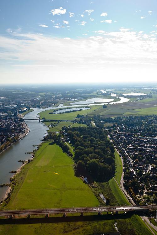 Nederland, Overijssel, Gemeente Deventer, 03-10-2010; zicht op de oostoever van de IJssel tegenoever het stadsfront. Op deze lokatie is een hoogwatergeul gepland, die begint rechts van de plas in het midden en die loopt langs en/of door De Worp naar de spoorbrug (onder)..View on the east bank of the river IJssel with the the urban front. At this location a flood channel is planned, from above the arch bridge to the railway bridge..luchtfoto (toeslag), aerial photo (additional fee required).foto/photo Siebe Swart