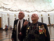 Der 85 jaehrige ukrainische 2. Weltkriegs Veteran Ivan Dmitrievich Dunayev (rechts) mit einem befreundeten Vetranen in der Ruhmeshalle im Museum des Grossen Vaterlandischen Krieges in Moskau auf der Suche nach den Namen Ihrer im 2. Weltkrieg gefallenen Kameraden. Dunayev erreichte Berlin kurz vor der deutschen Kapitulation am 2. Mai 1945. Die beiden Veteranen sind zur Siegesparade (9.Mai 2008) nach Moskau angereist.<br /> <br /> The 85 years old Ukrainian WW II veteran Ivan Dmitrievich Dunayev (rechts) with a friend looking for the names of their comrades fallen during the second World War at the pantheon in the Museum of the Great Patriotic War in Moscow. Dunayev arrived at the 2nd of May 1945 to Berlin - a few days before Germany surrendered. Both WW II veterans travelled for the Victory Parade (09.05.2008) to Moscow.