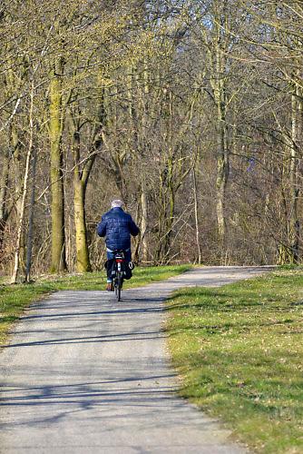 Nederland, Nijmegen, 13-3-2016Het pad, fietspad in de Berendonck wat gaat verdwijnen. Een fietser rijdt er op.FOTO: FLIP FRANSSEN/ HH