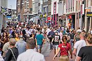 Nederland, Nijmegen, 5-7-2020  Drukte in het centrum van de stad ondanks de nog steeds geldende coronamaatregelen zoals anderhalve meter afstand houden . Winkelende mensen in de Broerstraat . Foto: ANP/ Hollandse Hoogte/ Flip Franssen