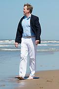 Koning Willem-Alexander en koningin Maxima poseren samen met de prinsesjes Ariane, Amalia en Alexia tijdens de jaarlijkse fotosessie op het strand bij het natuurgebied Meijendel in Wassenaar. <br /> <br /> King Willem-Alexander and Queen Maxima posing together with the princesses Ariane, Amalia and Alexia at the annual photo session on the beach at the nature Meijendel in Wassenaar.<br /> <br /> Op de foto / On the photo:  Koning Willem Alexander / King Willem Alexander