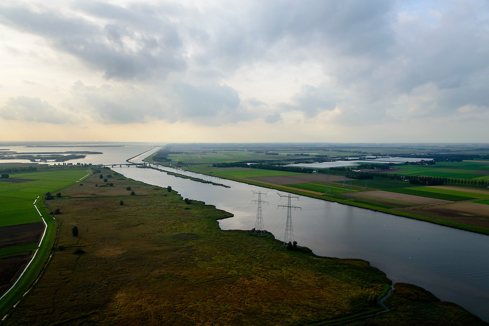 Nederland, Overijssel, Fleovoland, 10-10-2014; <br /> Zwarte Meer met Ramsgeul, balgstuw bij Ramspol en Ketelmeer aan de horizon.<br /> Waterway next to one of the new polders.<br /> luchtfoto (toeslag op standard tarieven);<br /> aerial photo (additional fee required);<br /> copyright foto/photo Siebe Swart