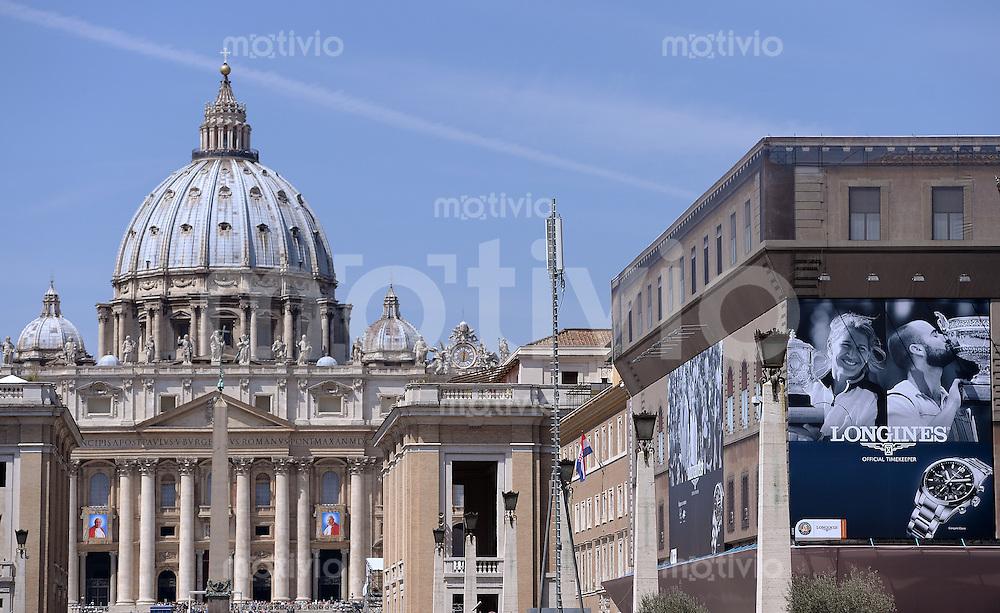 Rom, Vatikan 25.04.2014 Heiligsprechung Papst Johannes Paul II und Papst Johannes XXIII Werbebanner des Uhrenhersteller Longines (re) mit Steffi Graf Und Andre Agassi an einem Gebaeude der Via della Conciliazione in Rom mit Blick auf den Petersdom
