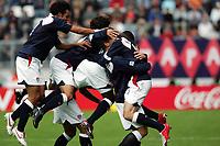 Fotball <br /> FIFA World Youth Championships 2005<br /> Enschede<br /> Nederland / Holland<br /> 11.06.2005<br /> Foto: Morten Olsen, Digitalsport<br /> <br /> USA v Argentina 1-0<br /> <br /> USA jubler for vinnermålet. Midt i flokken ser vi ansiktet på målscorer Chad Barrett <br /> <br /> USA celebrating the winning goal. In the middle we see the face of goalscorer Chad Barrett