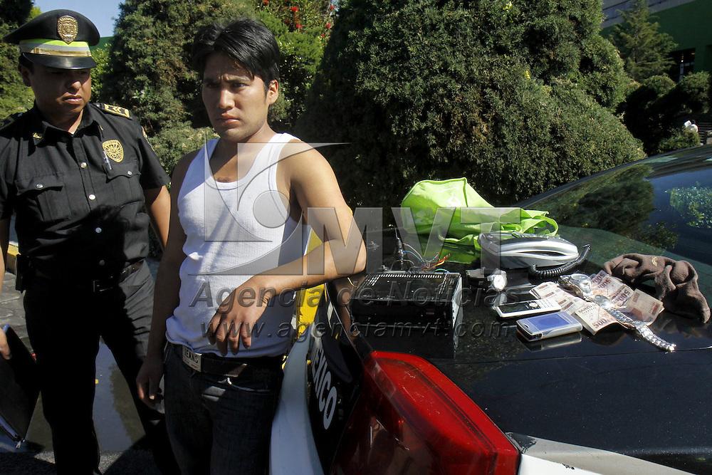 TOLUCA, México.- Elementos de la Agencia de Seguridad Estatal (ASE) detuvieron a Salvador Luis Moreno de 24 años de edad por robo a casa habitación en San Cristóbal Huichochitlán, al momento de su captura le fueron encontrados dinero en efectivo, celulares, relojes, un autoestereo, que tenía un valor aproximado de 30 mil pesos. Agencia MVT / Crisanta Espinosa. (DIGITAL)