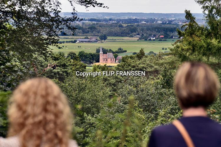 Nederland, Persingen, 7-7-2019 Het kerkje van Persingen, het kleinste dorp van Nederland, wordt in de weekenden gebruikt als expositieruimte. Foto: Flip Franssen