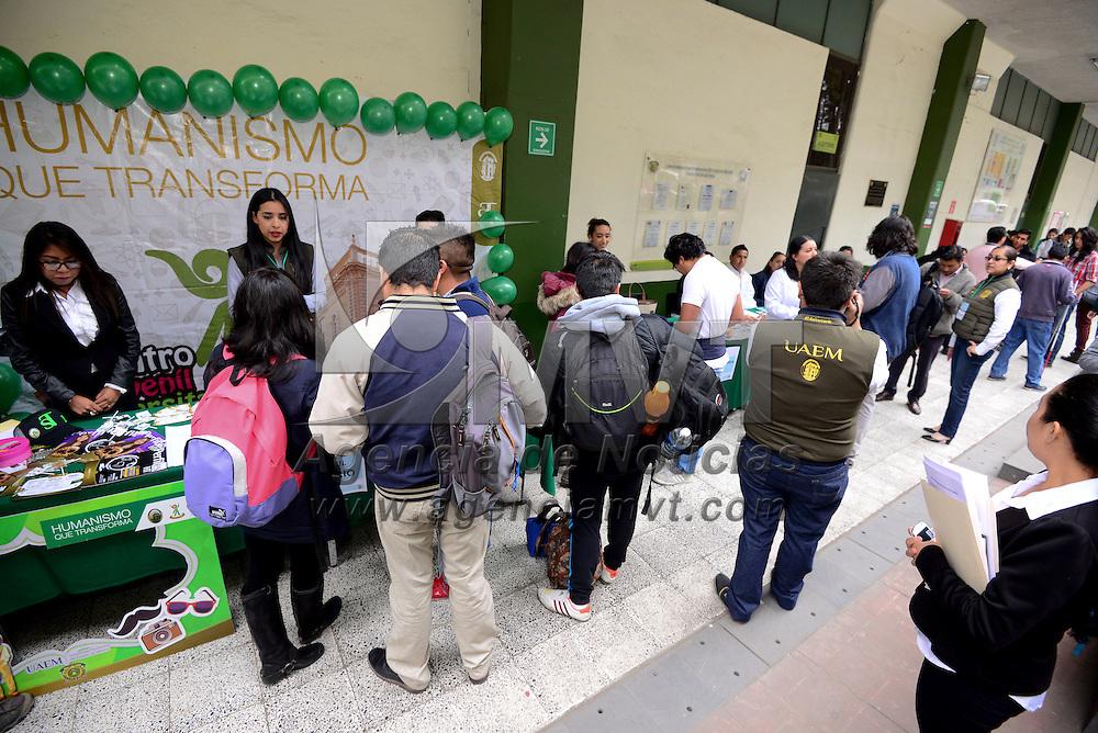 Toluca, México (Abril 25, 2016).- Estudiantes de la Facultad de Química fueron puestos a prueba con simuladores de embarazo y bebés virtuales para generar conciencia en ellos respecto a la responsabilidad de ser padres, dentro de la Jornada de Salud  que se realizo en esta facultad.  Agencia MVT / Crisanta Espinosa.