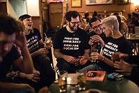 Chicago USA, 10.06.2017. Folk samles på en bar i nærheten av konferansen etter en lang dag i konferansesalen. USAs venstreside samles i Chicago for den andre årlige politiske konferansen The Peoples Summit.  Foto: Christopher Olssøn.