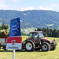 18.05.2020, Grenzübergang, Sulzberg (Vorarlberg), AUT, Coronavirus, Erleichterungen an der Grenze von Bayern nach Vorarlberg und Tirol, seit 13.05.2020 können Land- und Forstwirte von 7-20 Uhr weitere Grenzübergänge nutzen. Ein Landwirt bewirtschaftet eine Wiese. Ein Teil der Wiese befindet sich in Bayern, der andere Teil in Vorarlberg.<br /> im Bild Landwirt bei der Heuernte<br /> <br /> Foto © nordphoto / Hafner