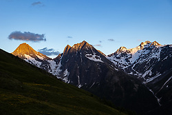 THEMENBILD - Gipfel der Schobergruppe v.l. Glödies (3206 m ü. A), Ganot (3102 m ü. A.) und Hochschober (3.242 m ü. A.) im letzten Abendlicht. Kals, Österreich am Sonntag den 5. Juli 2020 // Summits of the Schobergruppe from left to right Glödies (3206 m above sea level), Ganot (3102 m above sea level) and Hochschober (3.242 m above sea level) in the last evening light. Kals, Austria on Sunday, July 5, 2020. EXPA Pictures © 2020, PhotoCredit: EXPA/ Johann Groder