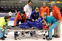 13-11-2009 schaatsen world cup heerenveen - marianne timmer gaat onderuit op de 500 meter en het ziet er slecht uit