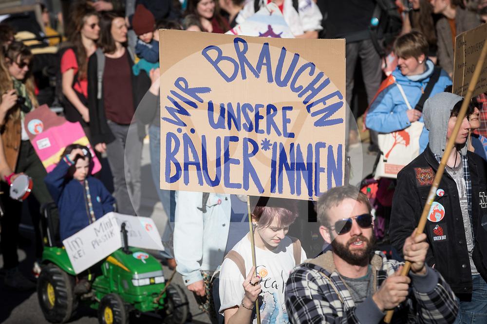 SCHWEIZ - BERN - Demonstration 'Essen ist politisch!' organisiert von 'Landwirtschaft mit Zukunft', hinter dieser Initative stehen über 30 Organisationen, welche zur Demonstration aufgerufen haben. Hier das Transparent 'Wir brauchen unsere Bäuer*innen' auf dem Kornhausplatz - 22. Februar 2020 © Raphael Hünerfauth - http://huenerfauth.ch