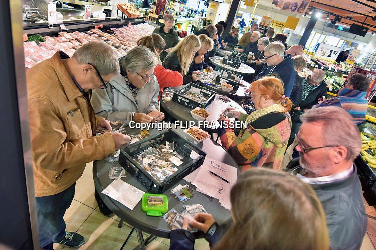 Nederland, Beuningen, 17-11-2019Plaatjes ruilen bij de lokale Jumbo. De plaatjes horen in een plakboek wat Jumbo heeft gemaakt over het dorp, de geschiedenis en het verleden van mensen en gebouwen . De supermarktketen organiseert deze ruildag voor haar klanten. Er is een hele serie over nederlandse dorpen en steden .Foto: Flip Franssen