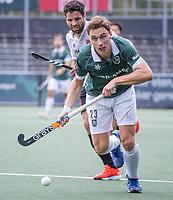 AMSTELVEEN - Harry Martin (Rotterdam) met Valentin Verga (Amsterdam) tijdens de competitie hoofdklasse hockeywedstrijd heren, Amsterdam -Rotterdam (2-0) .  COPYRIGHT KOEN SUYK