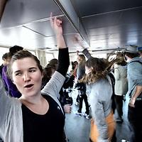 """Nederland, Amsterdam , 11 augustus 2011..Spontane van buitenaf georganiseerde  flashmob bestaande uit dans en muziek op de pont naar Amsterdam Noord..Op verschillende plekken in de stad werden gisteren feestjes gegeven van maar 10 minuten. Compleet met dj's, coctaildame, discobol en vipruimte, georganiseerd door """"de Club""""..Foto:Jean-Pierre Jans"""