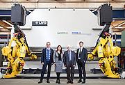 Amilcare Merlo e il gruppo dirigenziale di Merlo S.p.A. nello stabilimento di Cervasca (CN). Sullo sfondo una macchina per lavorare le lastre di metallo grezze che vengono utilizzate per produrre i differenti mezzi della Merlo.