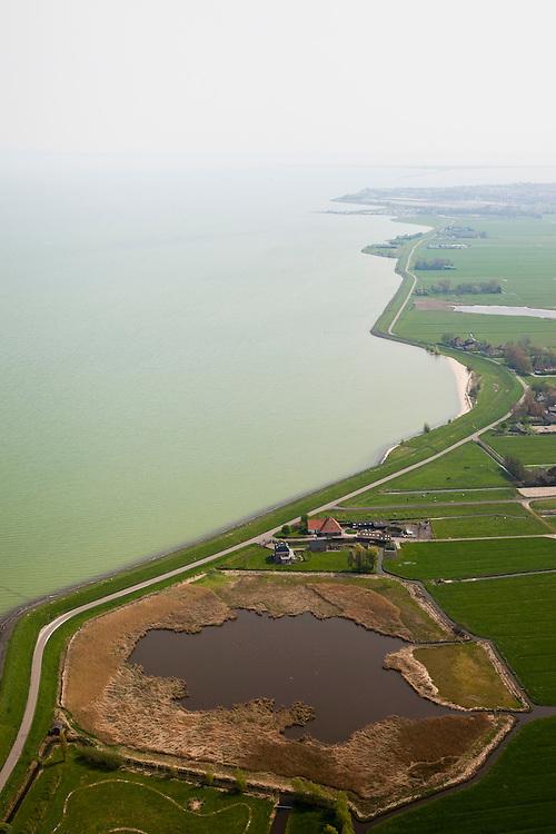 Nederland, Noord-Holland, Gemeente Zeevang, 28-04-2010; Moordenaarsbraak, tussen Warder en Edam. IJsselmeerdijk of Zeevangs Keukendijk (keukens=woningen). De braak (met meertje of wiel) is overblijfsel van een vroegere dijkdoorbraak, en stamt vermoedelijk uit de periode 1775 - 1849. In de achtergrond de Groote Braak (vermoedelijk uit 1775, watersnoodramp ten gevolge van stormvloed)..Moordenaarsbraak, between Warder and Edam. The breach (with pool) is a remnant of earlier levee failure, and probably dates from 1775 (flood disaster caused by storm combined with flood).luchtfoto (toeslag), aerial photo (additional fee required).foto/photo Siebe Swart