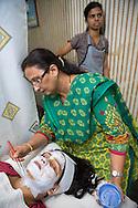 """Jagruti Pandya penslar på en ansiktisblekning på tvåbarnsmamman Neetu Singh, 32.<br /> <br /> Jagruti Pandya driver skönhetssalongen Beauty Parlour i Mumbai. Hon brände sitt ansikte en gång när hon skulle bleka sin hy. Nu har hon slutat göra sådana behandlingar på sig själv. """"Det är inte bra att använda blekningsmedel. Det innehåller kemikalier. Du har en blekare hud under tre fyra dagar, sen försvinner det."""""""