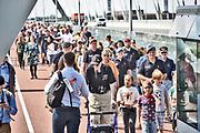 Nederland, Nijmegen, 4-6-2019Vier veteranen uit de tweede wereldoorlog  liepen vandaag een erewandeling over de waalbrug de Oversteek, the Crossing. Drie van hun deden daadwerkelijk mee aan de heldhaftige oversteek in september 1944 om met succes de oude Waalbrug op de Duitsers te veroveren . Er was veel belangstelling van Nederlandse veteranen die meeliepen. De Amerikanen werden begeleidt door een klas schoolkinderen uit Lent .Deze sunset march wordt elke dag door Nederlandse veteranen bij zonsondergang gelopen als eerbetoon aan de oversteek .Foto: Flip Franssen