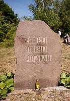 19.07.2015 Giby woj podlaskie Obchody 70. rocznicy Oblawy Augustowskiej - najwiekszej zbrodni w powojennej Polsce przy krzyzu w Gibach , ktory jest symbolicznym grobem ofiar . W lipcu 1945 roku Sowieci uprowadzili okolo 600 mieszkancow Augustowszczyzny , Sejnenszczyzny i Suwalszczyzny . Do tej pory nie wiadomo, gdzie znajduja sie ich groby . Sledztwo w tej sprawie trwa od 2001 roku . Akta licza juz ponad 70 tomow zas rozwiazaniem zagadki zajmuje sie zespol prokuratorow IPN , ktorzy przesluchali do tej pory ponad 700 swiadkow n/z pomnik ofiar oblawy fot Michal Kosc / AGENCJA WSCHOD