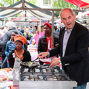 NLD/Amsterdam/20130701 - Keti Koti Ontbijt 2013 op het Leidse Plein, Job Cohen aan het bakken