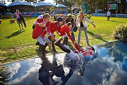 Tim Rieskamp-Goedeking (E), Carlos Milthaler, Torben Kohlbrandt e Karina Johannpeter, jogam o vencedor Hans-Torben Ruder no poço após o The Best Jump 2012, na Sociedade Hípica Porto Alegrense. FOTO: Jefferson Bernardes/Preview.com